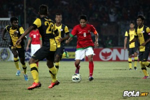 Evan Dimas dikepung pemain Malaysia (picture by bola.net)