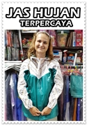 Turis dengan Jas Hujan Batik